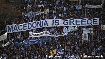 «Υπάρχουν ιστορικοί λόγοι που εξηγούν τους φόβους των Ελλήνων. Οι φόβοι είναι μεν παρωχημένοι, ενδείκνυνται ωστόσο για μαζικές κινητοποιήσεις με το σύνθημα η Μακεδονία είναι δική μας», σημειώνει η FAZ.