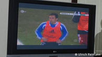 Nach Feierabend Jens-Peter Hecht (LOC) schaut Hamburger SV-Werder Bremen in seiner Wohnung in Johannesburg