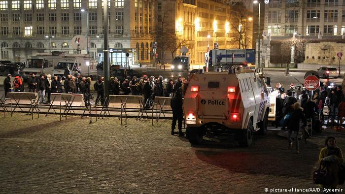 Salah Abdeslam escorted from Paris to Brussels to stand trial (picture-alliance/AA/D. Aydemir)