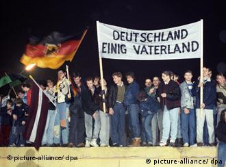 Alemania unida, se lee en la pancarta.