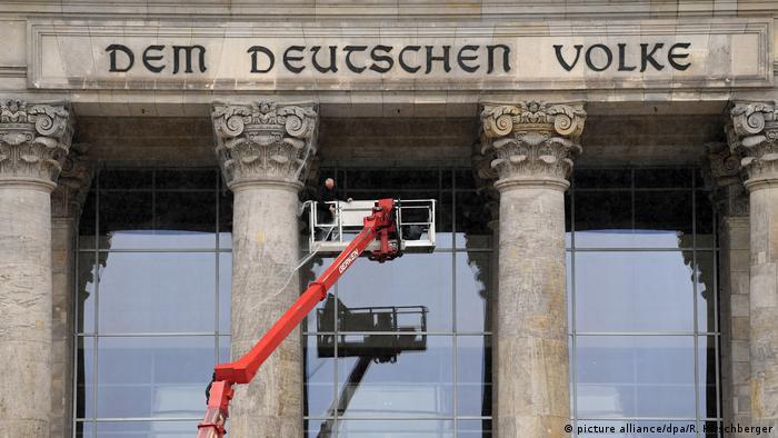 Arbeiter am Reichstagsgebäude - Symbolbild Koalitionsverhandlungen (picture alliance/dpa/R. Hirschberger)