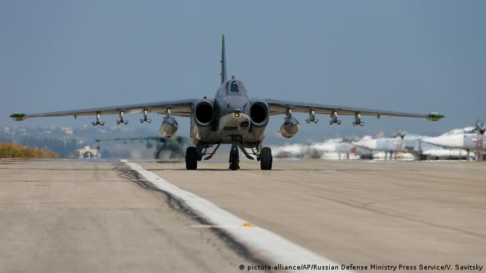 A Russian attack jet on a runway (picture-alliance/AP/Russian Defense Ministry Press Service/V. Savitsky)
