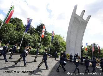 Памятник ''воздушному мосту'' и парад в Темпельхофе