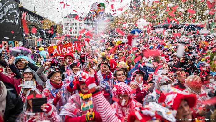 Foliões no célebre Carnaval de Colônia, no oeste da Alemanha