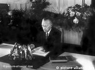 Konrad Adenauer, presidente de la asamblea contituyente, ratifica la Ley Fundamental.
