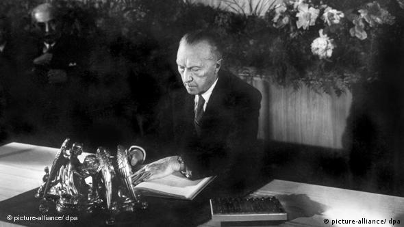 Konrad Adenauer unterzeichnet m 23. Mai 1949 das Grundgesetz (Foto: dpa)