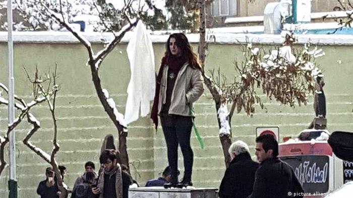 ویدا موحدی اولین زنی بود که در اوایل دیماه امسال روسریاش را بر سر چوب گرفت و در خیابان انقلاب تهران بر روی یک سکو رفت.