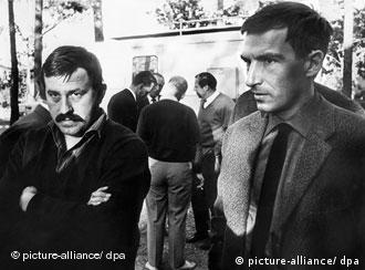 Der deutsche Schriftsteller Günter Grass (links) mit Dieter Wellershoff bei einer Tagungspause des Jahrestreffens der Gruppe 47 in der schwedischen Stadt Sigtuna.