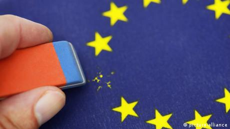 Hand erasing one star from EU flag with rubber (picture-alliance)