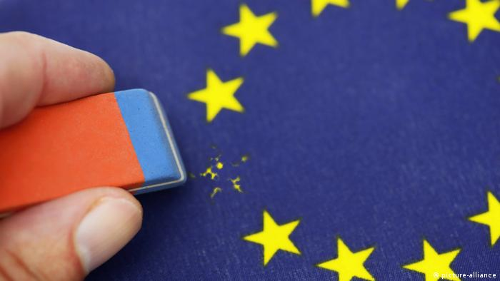 Eraser removing one star symbolizing Brexit (picture-alliance)
