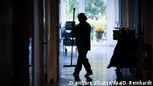 ARCHIV- ILLUSTRATION - Eine Reinigungskraft arbeitet in einem Krankenhaus. (zu dpa «Studie: Abschaffung des Soli könnte Schwarzarbeit senken» vom 06.02.2018) Foto: Daniel Reinhardt/dpa +++(c) dpa - Bildfunk+++ | Verwendung weltweit