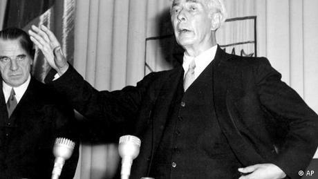 No convertido aún en el primer presidente de Alemania, Theodor Heuss pronuncia el 8 de mayo de 1949 durante el anuncio de la Ley Fundamental las siguientes palabras: En el fondo, este 8 de mayo alberga la paradoja más trágica y cuestionable para cada uno de nosotros. ¿Por qué razón? Porque hemos sido liberados y aniquilados al mismo tiempo.