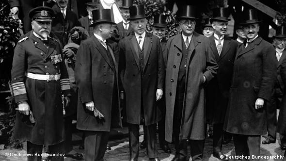 Der Kölner Oberbürgermeister Adenauer beim Stapellauf des Kreuzers 'Köln' 1928 (Foto: Deutsches Bundesarchiv)