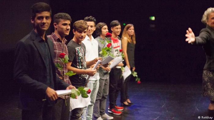 Teilnehmer am Berliner Poetry Project stehen auf der Bühne