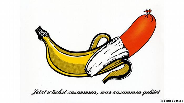 Halb geschälte Banane, die aber innen aus einer Fleischwurst besteht - Plakataktionen von Klaus Staeck - Banane 1990 (Edition Staeck)