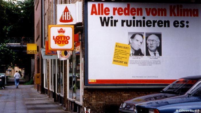 Plakat mit der Aufschrift Alle reden vom Klima. Wir ruinieren es. Darunter zwei Porträts - Plakataktionen von Klaus Staeck - Greenpeace 1990 (Edition Staeck)