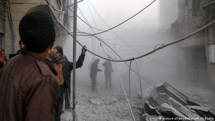 Syrien Luftangriff über Ost-Ghouta (picture alliance/abaca/A. Al-Bushy)