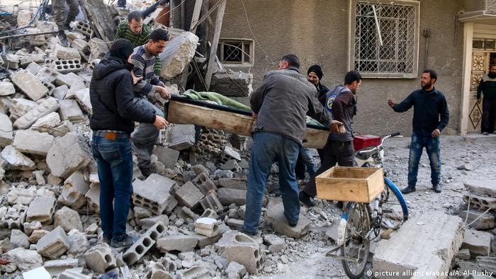 Vítima é retirada de escombros após bombardeio em Ghouta Oriental