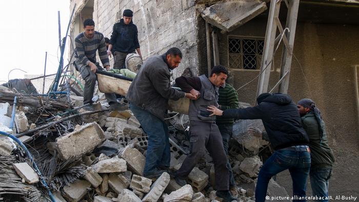 Syrien Luftangriff über Ost-Ghouta (picture alliance/abaca/A. Al-Bushy)