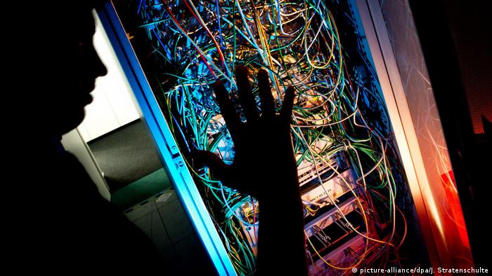 A hand over a computer server (picture-alliance/dpa/J. Stratenschulte)