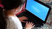 Symbolbild Mädchen am Rechner