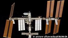 Aufnahme vom 18.02.2008 zeigt die ISS nach dem Abkopplungsmanöver vom Space Shuttle Atlantis aus. In der Mitte oben links ist das Weltraumlabor Columbus zu sehen, das die «Atlantis» zur ISS transportiert hatte. An der International Space Station beteiligen sich Amerikaner, Russen, Kanadier, Japaner und Europäer. Die Amtssprachen rund 400 Kilometer über der Erde sind Englisch und Russisch. 1998 flog das erste Modul ins All, heute ist die ISS um vieles größer als die legendäre russische Mir. Sollte die Weltraum-Siedlung mit Labors und Wohneinheiten je fertig werden, wird sie Fußballfeldgröße haben und irdisch 450 Tonnen wiegen. Mit 28 000 Stundenkilometern rast sie in 90 Minuten um die Erde. Ihre Masse und Geschwindigkeit sowie die Erdanziehung halten sie in der Umlaufbahn, erläutert das Deutsche Zentrum für Luft- und Raumfahrt (DLR) in Oberpfaffenhofen. Foto: Nasa : ESA/NASA +++(c) dpa - Report+++   Verwendung weltweit