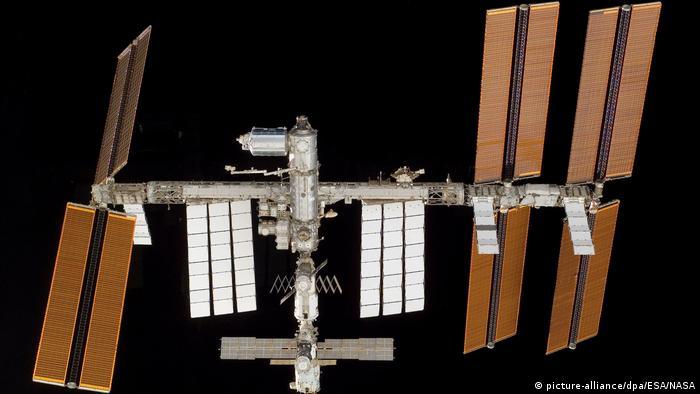 با پایان جنگ شرق و غرب دو طرف در زمینه اکتشاف فضا دست همکاری به سوی هم دراز کردند. این همکاری در سال ۱۹۸۶ با راهاندازی ایستگاه فضایی میر تبلور یافت. شوروی از فضانوردان غربی برای پژوهش در این ایستگاه دعوت کرد. این همکاری امروزه در ایستگاه فضایی بینالمللی موسوم به ISS به ثمر نشسته که محصول همکاری مشترک ناسا، سازمان فضایی روسیه، سازمان فضایی اروپا، سازمان فضایی کانادا و سازمان فضایی ژاپن است.