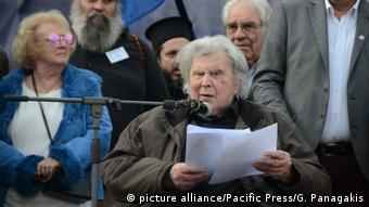 Griechenland Komponist Mikis Theodorakis bei Demonstraion (picture alliance/Pacific Press/G. Panagakis)