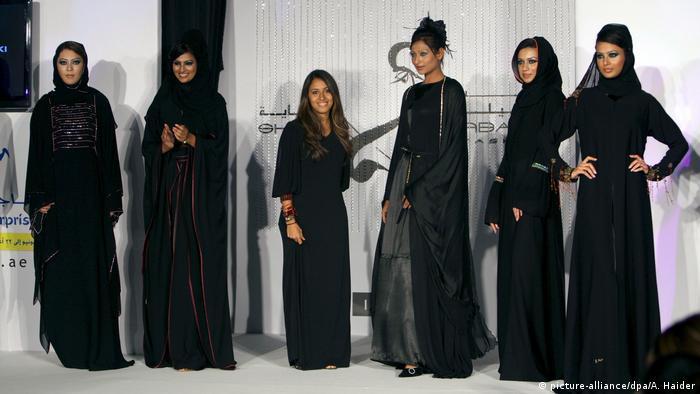 Frauen, die bei einer arabischen Modenschau verschiedene Abayas tragen (Bild-Allianz / dpa / A. Haider)