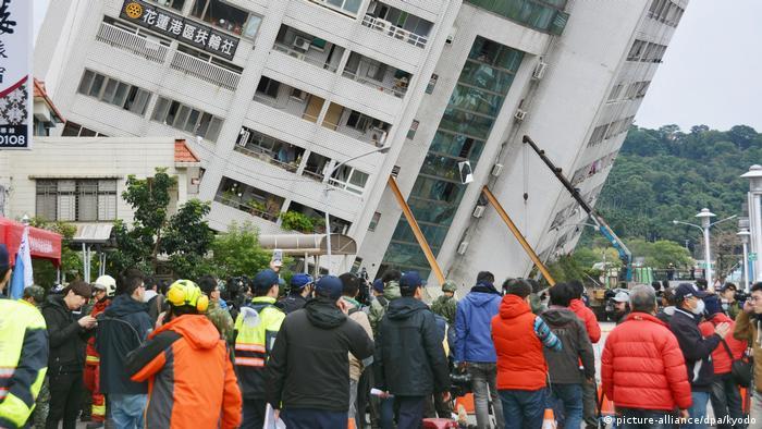 Kurtarma ekipleri hem yan yatan binanın çökmemesi için hem de alt katlarda sıkışanları kurtarmak için çaba gösteriyor.