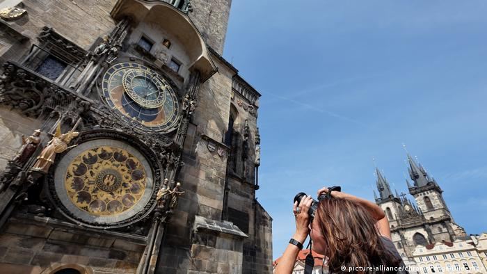 Prague - Astronomical Clock at the town hall (picture-alliance/chromorange/Bilderbox)