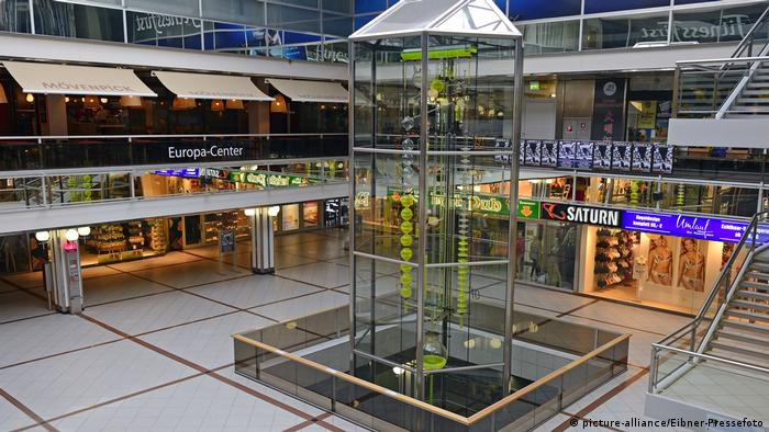 Berlin - Clock of Flowing Time in the Europacenter - (picture-alliance/Eibner-Pressefoto)