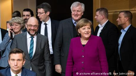 Merkel with Schulz and Seehofer as well as many aides after the coalition talks (picture-alliance/dpa/B. von Jutrczenka)