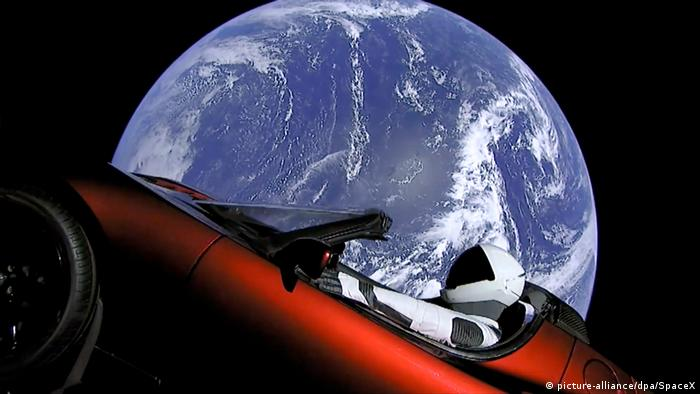 «Starman» im roten Tesla im All (picture-alliance/dpa/SpaceX)