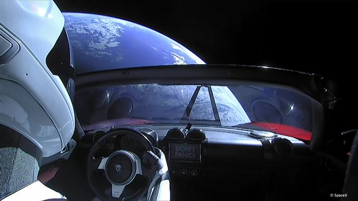 «Starman» im roten Tesla im All (SpaceX)