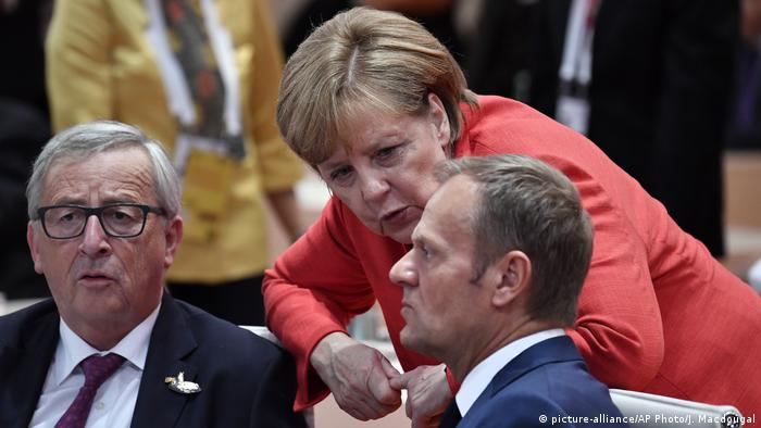 Angela Merkel speaks with Jean-Claude Juncker and Donald Tusk at the start of a working session at a G-20 meeting in Hamburg on July 7, 2017 (picture-alliance/AP Photo/J. Macdougal)