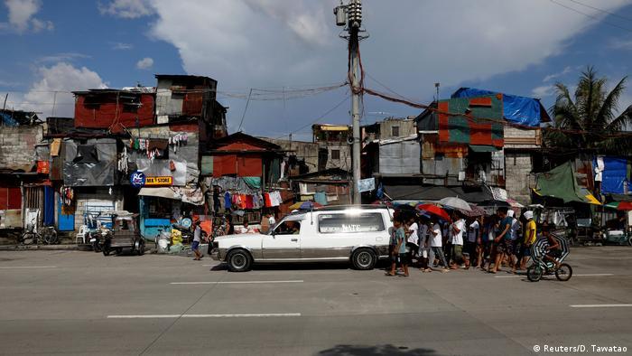 Keluarga dan tetangga menghantas jenazah korban perang narkoba di kawasan Navotas di Manila, Filipina, 3 November 2017.