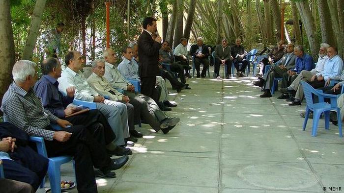 کارشناسان میگویند فضاهای شهری در ایران سالمندان را خانهنشین کرده است. سالمندان در بهترین حالت در پارکها جمع میشوند و گپ میزنند. در حوزه خدمات داوطلبانه، عامالمنفعه و فعالیتهای اجتماعی از نیرو یا تجربه و دانش آنها استفاده نمیشود. فعالیتهای محدود در این عرصه، ناشی از ابتکار و ارتباطهای شخصی سالمندان است، نه مبتنی بر طرحریزی کلان و فرهنگ سازی حمایت شده.