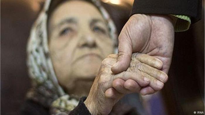۹درصد سالمندان ایران تنها زندگی میکنند. ۵۲درصدشان از احساس تنهایی رنج میبرند و فقط ۳۲درصد آنها از وضعیت اقتصادی خودشان رضایت دارند. رئیس سابق دبیرخانه شورای ملی سالمندان ایران میگوید یک میلیون و ۸۰۰ هزار سالمند در كشور از هیچ نوع پوشش دستگاههای حمایتی و صندوقهای بازنشستگی برخوردار نیستند.