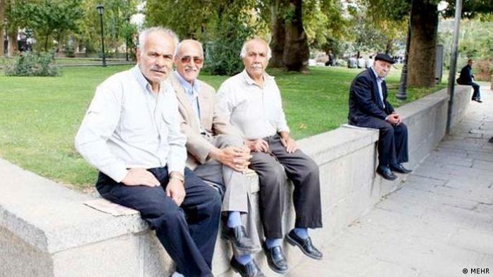 تا میانه دهه ۱۳۸۰ شمسی که هفتاد درصد جمعیت ایران زیر ۳۰ سال سن داشت، رسانهها از چهل و چند سالهها باعنوان پیرمرد و پیرزن یاد میکردند. تعریف جهانی سالمند، فرد بالای ۶۰سال است و بر این اساس، تعداد سالمندان در ایران ۷میلیون و ۴۰۰هزار نفر اعلام میشود. طبق آمار وزارت بهداشت، ۱۷درصد این افراد بدون هرگونه درآمد و حمایت مالی زندگی میکنند؛ ۲۷درصد بیکارند یا حقوق بازنشستگی ندارند.
