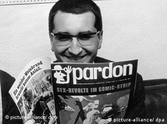Herausgeber und Chefredakteur Hans A. Nikel liest in seiner Zeitschrift pardon.