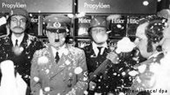 Der Hitler-Darsteller Billy Frick aus den USA wird am 11.10.1973 am Stand von Propyläen auf der Frankfurter Buchmesse von Mitgliedern der Pardon-Redaktion bejubelt. Das Satire-Magazin hatte den Auftritt als Protest gegen das große Angebot an Hitler-Literatur, wie hier im Hintergrund die Hitler-Biografie von Joachim C. Fest, organisiert.