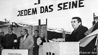 Der Verleger der Satire-Zeitschrift Pardon, Hans A. Nikel (r), steht am Rednerpult, am 04.01.1969 vor dem Eingang zum ehemaligen Konzentrationslager Dachau.