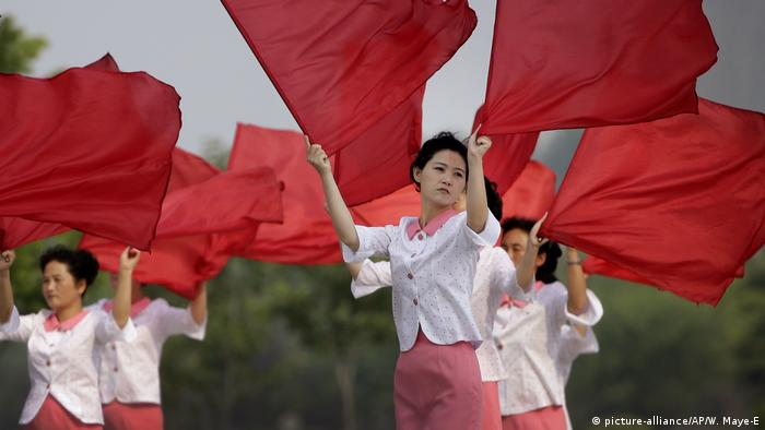 Nordkoreanische Cheerleader (picture-alliance/AP/W. Maye-E)