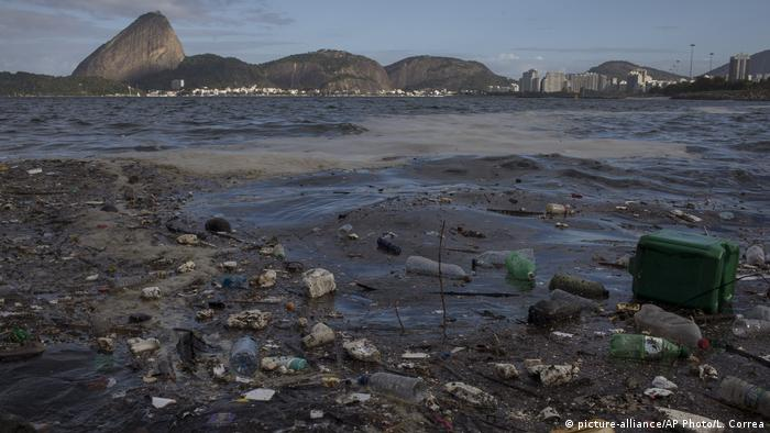 Polluted water in Rio de Janeiro (picture-alliance/AP Photo/L. Correa)
