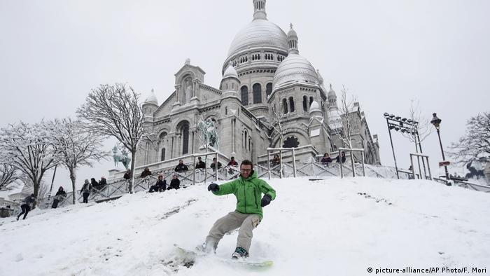 Frankreich Paris im Schnee | Montmartre, Snowboarder (picture-alliance/AP Photo/F. Mori)