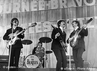 Auftritt der englischen Musikgruppe 'The Beatles' in der Ernst-Merck-Halle im Zuge ihrer Bravo-Beatles-Blitz-Tournee: Gitarrist George Harrison, Schlagzeuger Ringo Starr, Bassist Paul McCartney und Gitarrist John Lennon (v.l.n.r.).