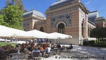 Cafe at Palacio de Velazques, exhibition venue for Reina Sofia Museum, Retiro Park, Parque del Buen Retiro, Madrid, Spain, (picture alliance/robertharding)