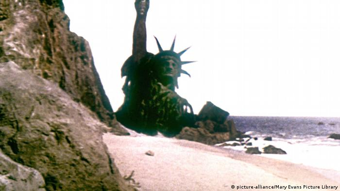 The statue of liberyt rises out of the ground in Planet of the Apes (picture-alliance/Mary Evans Picture Library)