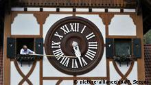 Deutschland Uhrumstellung an Kuckucksuhr in Triberg